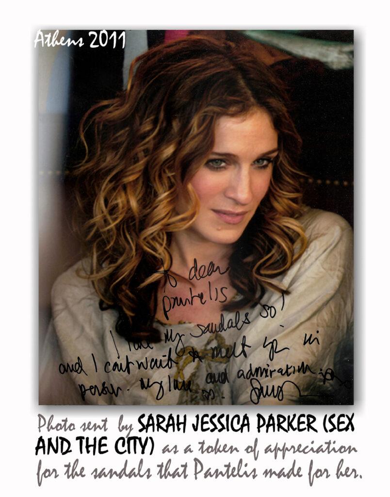 Η Σάρα Τζέσικα Πάρκερ αφιερώνει φωτογραφία στον Παντελή Μελισσινό για τα σανδάλια που της έφτιαξε.