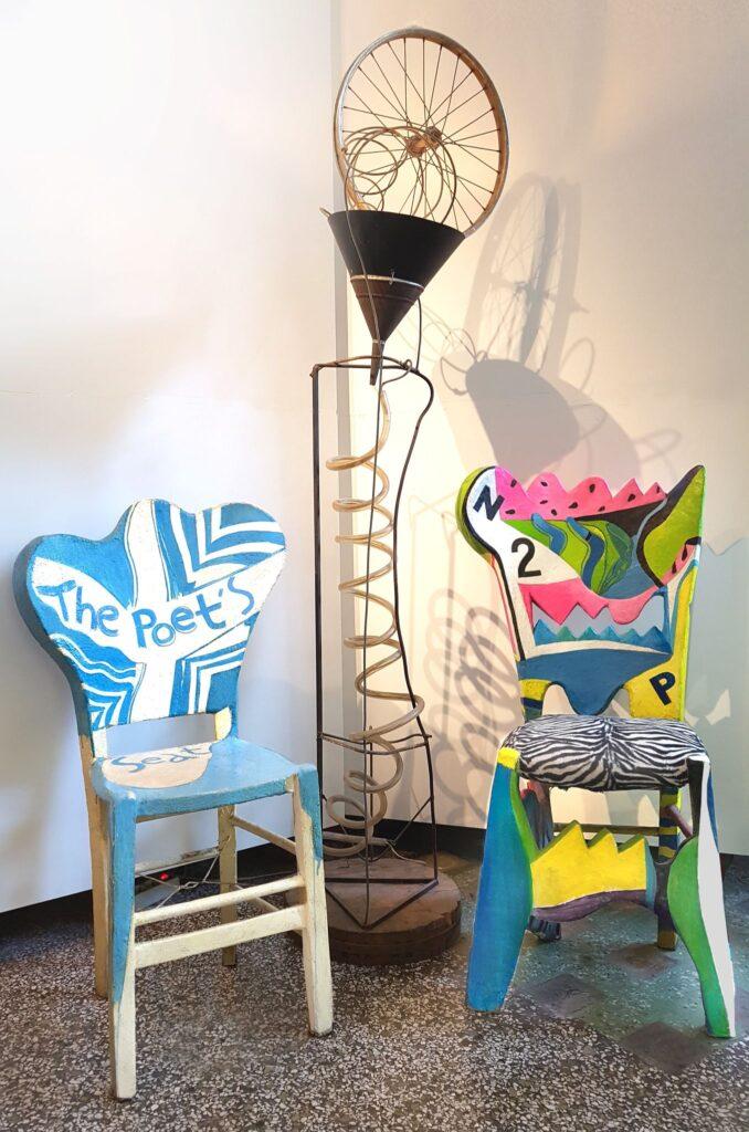 Γλυπτικές επιζωγραφισμένες καρέκλες και μεταλλικό γλυπτικό φωτιστικό δαπέδου από τον Παντελή Μελισσινό,